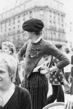 Johnny Rotten surveying the Parisian street after the Sex Pistols played their first gig in Paris in with Paul Cook partly obfuscated in the foreground. Johnny Rotten, Vintage Goth, Moda Punk, Punk Mode, 70s Punk, Mode Ootd, Indie, Elisabeth Ii, New Wave