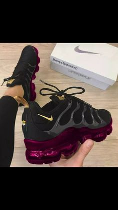 Ideas For Sport Shoes Nike Sneakers Purple Sneakers, Cute Sneakers, Purple Nike Shoes, Nike Roses, Sneakers Fashion, Fashion Shoes, Fashion Black, Fashion Dresses, Purple Fashion