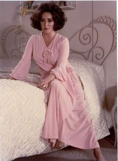ELIZABETH TAYLOR MOVIE ACTRESS VINTAGE NIGHT GOWN PHOTO