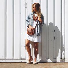 """Unsere Handtasche Emilia 7"""" ist eine absolute natürliche Schönheit. Die kleine Umhängetasche ist für jeden Anlass geeignet und bietet unterwegs ausreichend Platz für alles, was immer in greifbarer Nähe sein sollte - Lifestyle - GustiLove - Gusti Leder - H3"""