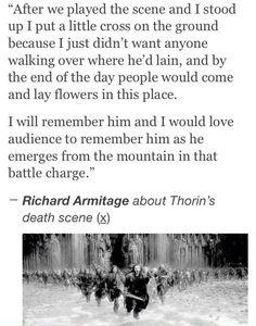dopo abbiamo giocato la scena e mi alzai ho messo una piccola croce sul terreno perché non voglio solo qualcuno camminare sopra dove egli si era trovato, e alla fine della giornata persone sarebbe venuto e deporre fiori in questo luogo; come emerge dalla montain in quella carica di battaglia Thorin's death scene