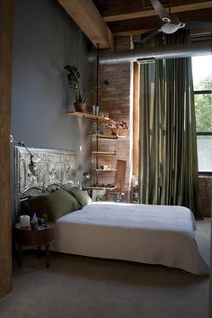 Chambre à coucher. Intéressante tête de lit en tuiles métalliques pour plafond