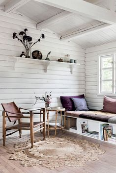 Camilla Tange Peylecke: Kom med indenfor i mit sommerhus Summer House Interiors, Cottage Interiors, Shed Decor, Room Decor, Small Summer House, Summer House Decor, Small Pool Houses, Shed Interior, Haus Am See