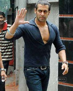 Salman Khan gets bullied Sultan Salman Khan, Shahrukh Khan, Kareena Kapoor Navel, Salman Khan Wallpapers, Indian Male Model, Salman Khan Photo, Indian Star, Hrithik Roshan, Bollywood Stars