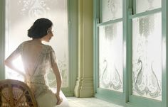 Az art deco (a fiatalabb generációnak csak Gatsby-stílus) 1920-as és 30-as évek között virágzó irányazatának emléke újra és újra visszatér a divatiparban, főként az esküvői és alkalmi ruha trendben kap nagyobb teret. A geometrikus formák és a vonalvezetés felhasználása a mai követelményekhez és igényekhez igazodva...