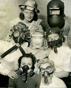 Gas masks during WWII-I know it isn't funny, because it was a very serious threat but this picture cracks me up! Vintage Dior, Vintage Versace, Vintage Vogue, Old Pictures, Old Photos, Vintage Photographs, Vintage Photos, Weird Vintage, Pin Up