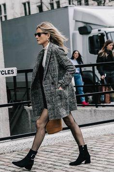 Aleatórios fashion: Blazer xadrez. Blusa branca de tola alta, saia preta, meia calça , ankle boot preta