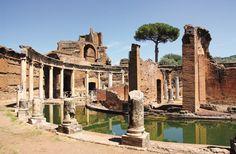 Ostia Antica. A 30 kilómetros de Roma se encuentran las ruinas de esta ciudad, que habría sido fundada en el siglo VII a. C. por el cuarto rey de Roma, Anco Marcio. El Castrum, una enorme fortaleza militar construida en el siglo III a. C., y el Capitolium, de una fecha más tardía, son algunas de las edificaciones que destacan en el complejo. En su necrópolis se aprecian los distintos tipos de sepulturas; más adelante, nos encontramos con la Porta Romana y los muros de Sila. En la sala mayor…