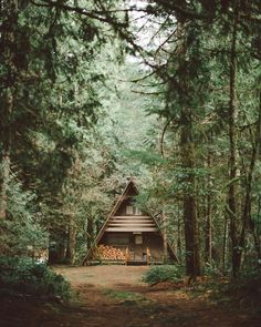 here again with one of my favorite cabin photos to date. A-Frame Cabin found in Brightwood, Oregon. Hope you guys are having magical weekend! A Frame Cabin, A Frame House, Cabin Homes, Log Homes, Glamping, Ideas Cabaña, Decor Ideas, Ideas De Cabina, Little Cabin