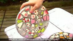 Il nous arrive au moins une fois dans la vie de casser la vaisselle. Ne paniquez pas, car vous pouvez en faire des merveilles pour égayer le jardin. Au lieu de les envoyer direct dans la poubelle verte, récupérez les morceaux de vaisselle cassée! Dans cet extrait de 100% Mag, Aurélie Aimé, star de la récup, vous livre une technique de recyclage du verre et porcelaine cassés. Dalles de jardin ou luminaires, les idées de récupération de la vaisselle ébréchée ne manquent pas. Démonstration en…
