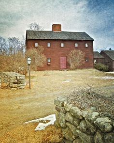 Primitive House Exterior Designs With Stone Walls - JustHomeIdeas New England Homes, New England Style, England Houses, Early American Homes, American Houses, Saltbox Houses, Old Houses, Primitive Homes, Primitive Decor