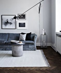 So much to love about this home. Especially the indigo and monochrome colour scheme and #floslighting . Full tour on the blog. #swedishhome #sittingroom #monochrome #sofa 📷 Alice Johnsson. Interior designer @kvart_joanna for @alvhem