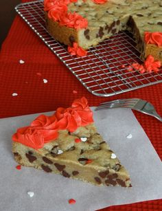 No more Great American Cookie Company Cakes Needed.THE BEST Chocolate Chip Cookie Cake Recipe ! Or for parties, Holidays, or everyday ! No more Great American Cookie… Yummy Treats, Sweet Treats, Yummy Food, Think Food, Love Food, Köstliche Desserts, Dessert Recipes, Dessert Healthy, Do It Yourself Food