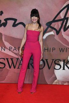 Model und Schauspielerin Daisy Lowe trug einen ärmellosen, pinkfarbenen Overall mit Goldketten-Trägern von Antonio Berardi.
