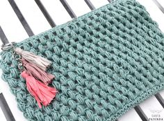 Neceser en punto garbanzo a crochet Crochet Diy, Crochet Pouch, Love Crochet, Learn To Crochet, Crochet Stitches, Crochet Patterns, Crochet Bags, Crochet Hood, Knitting Patterns