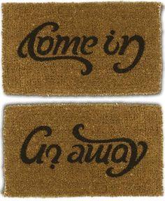 """Sta je ervoor om binnen te komen staat er """"Come In"""". Sta je op het punt je huis te verlaten dan staat er: """"Go Away""""."""