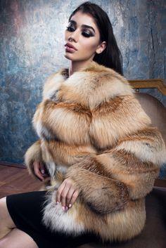 Mantel von Fox. Sibirische Fuchs - Qualität Luxus. Platte solide Fell (12 cm) im Wechsel mit Streifen aus Wildleder (2,5 cm). Handgefertigt. Futter, italienischer Seide oder Viskose, bei der Wahl des Käufers. Die Spange auf die Haut Kleiderhaken. Länge von 70 cm, können Sie erstellen beliebiger Länge bestellen.  Jedes Element von EGFURS ist einzigartig und manuell mit Liebe von Herzen! Vielen Dank für den Besuch in meinem Shop! Instagram-Profil: EVGENIYA_FURSRF  ZAHLUNGEN: Nur PayPal…