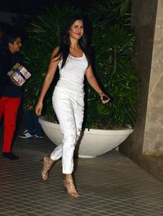 Ranveer Singh never shies away from displaying his love for girl friend Deepika. At Farah Khan's party too, the actor ran after his lady love with a flower in his had. Katrina Kaif Hot Pics, Katrina Kaif Photo, Indian Celebrities, Bollywood Celebrities, Bollywood Stars, Bollywood Fashion, Katrina Kaif Without Makeup, Katrina Kaif Dresses, Katrina Kaif Wallpapers