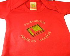 """Para papás primerizos, esta camiseta original es ideal. Esta camiseta divertida lleva bordada una L y la frase """"Precaución, padres novatos"""". Colores de la camiseta: Rojo, lila, granate, pistacho, Mostaza y morado Color del hilo: La L siempre será en verde, pero las letras de la frase variará en función del color de la camiseta. Bordamos el nombre del peque en la parte trasera de la camiseta. Regala esta camiseta original, sacará sonrisas a los papis novatos."""