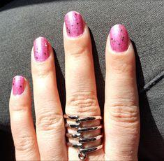 Matta kynsilakka kiillolla.  Vaaleanpunaiset kynnet.