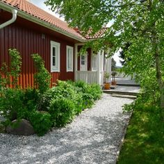 Gravel walkway next to house. Mias Landliv