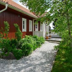 Gravel walkway next to house. Mias Landliv