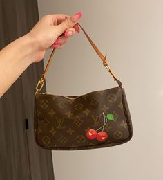 Discover recipes, home ideas, style inspiration and other ideas to try. Luxury Purses, Luxury Bags, Aesthetic Bags, Sacs Design, Accesorios Casual, Cute Purses, Cute Bags, Vintage Bags, Vuitton Bag