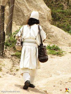 Los arhuacos son la principal población de Pueblo Bello, el único municipio enclavado en la Sierra Nevada, en el Cesar Sierra Nevada, Bradley Mountain, Board, People, Caribbean, Destinations, Costumes, Colombia, Projects