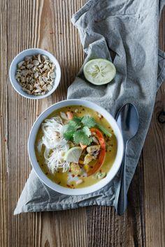 Ein einfaches Rezept für Hähnchen Curry mit Erdnuss, Kokosmilch und viel Gemüse – pur oder als Füllung für Sommerrollen