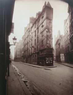 Paris, 1908 - Vieille Cour, 22 rue Quincampoix by Eugene Atget . Old Photography, Street Photography, Landscape Photography, Eugene Atget, Berenice Abbott, Alfred Stieglitz, Grafik Art, Musee Carnavalet, French Photographers