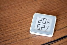 The Xiaomi E Ink Thermometer is a great new product from Xiaomi. It is gorgeous and it uses an e-ink display. E Ink Display, Engineering Technology, Digital Alarm Clock, Smart Home, Arduino, Learning, Paper, Simple, Mini