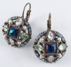ジョーン・リバーズ classic collectionラインストーンピアス! Joan Riversでは珍しいアンティークっぽさを感じさせるデザイン。 ブルーをメインにグリーン、ピンク淡いブルーとクリスタルがあしらわれた、とてもCuteなアンティーク仕上げのピアスです!