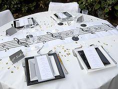 chemin de table blanc avec une partition de musique, leurs notes