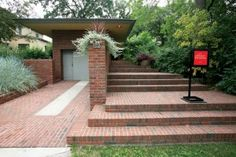 From the street, the Willey house has a modest appearance, but its wide, low-slung eaves betray its Wrightian roots. Frank Lloyd Wright Buildings, Raised Deck, Prairie House, House Journal, Brick And Wood, Arts And Crafts House, Exterior Trim, Famous Architects, House Front