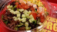 COBB SALAD: Ανάμεικτη σαλάτα με ελιές, αγγούρι, ντομάτα, γαρίδες και καλαμπόκι. Επιλογή και με κοτόπουλο. Συνοδεύεται με Ηοney Mustard dressing.