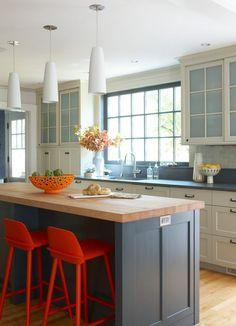 Серая кухня в интерьере: 75+ избранных классических и современных дизайнерских решений http://happymodern.ru/seraya-kuxnya-v-interere-foto/ Белый кухонный гарнитур с серой столешницей, серый кухонный остров с деревянной поверхностью, лаконичные белые подвесные лампы – нейтральные детали интерьера кухни. Высокие стулья насыщенного оранжевого цвета, корзина для фруктов смешанного преобладающего желтого цвета – яркие акценты