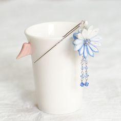 正絹羽二重生地を使用したミニ簪です。菊の裏面にもお花をつけましたので、両面どちらから見てもかわいくなっています。そのまま帯に挿して、帯飾りとして使用することも... ハンドメイド、手作り、手仕事品の通販・販売・購入ならCreema。