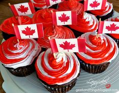 Canada Day Cupcakes: red/white frosting with FREE Printable Flag Template. Canada Day Party, Canada Day 150, Happy Canada Day, Canada Day Events, Visit Canada, Canada Day Crafts, Flag Template, Canada Holiday, Canadian Food