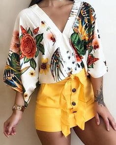 boutiquefeel / V-Neck Ethnic Floral Flare Sleeve Blouse Casual Outfits, Cute Outfits, Fashion Outfits, Outfit Elegantes, Womens Fashion Online, Blouse Styles, Cute Tops, Casual Tops, Pattern Fashion