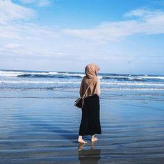 hijab beach style Source by Sitedetailleplus Hijab Fashion Summer, Niqab Fashion, Modern Hijab Fashion, Hijab Fashion Inspiration, Muslim Fashion, Casual Hijab Outfit, Ootd Hijab, Hijabi Girl, Girl Hijab