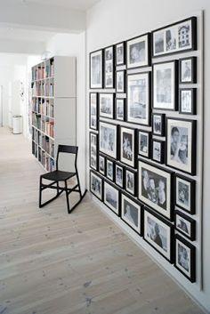 Wat handig.Door de foto's op een triplex plaat te bevestigen, kun je ze in zn geheel verplaatsen naar een andere muur. Je hoeft ze dan niet een voor een van de muur te halen..