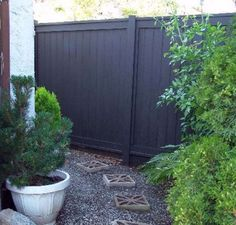 Black Wooden Fence Design Ideas For Frontyards 42 Back Gardens, Outdoor Gardens, Fence Paint Colours, Best Paint Colors, Black Fence, Grey Fences, Fence Stain, Backyard Fences, Patio Fence