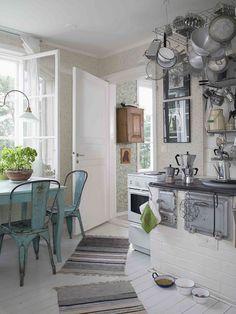 Tolix love house design home design house design Cabin Kitchens, Cottage Kitchens, Cozy Kitchen, Country Kitchen, Interior Design Shows, Sweet Home, Fresh Farmhouse, Eclectic Decor, Eclectic Kitchen