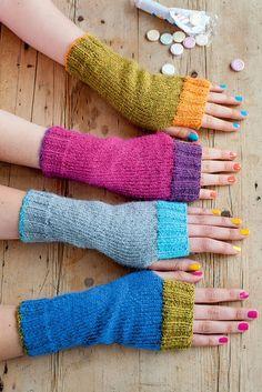 Ravelry: Wristwarmers with Contrast Rib pattern by Anna Wilkinson Wrist warmers, fingerless mitts. Fingerless Gloves Knitted, Crochet Gloves, Knit Mittens, Knit Or Crochet, Mittens Pattern, Loom Knitting, Hand Knitting, Knitting Patterns, Crochet Patterns