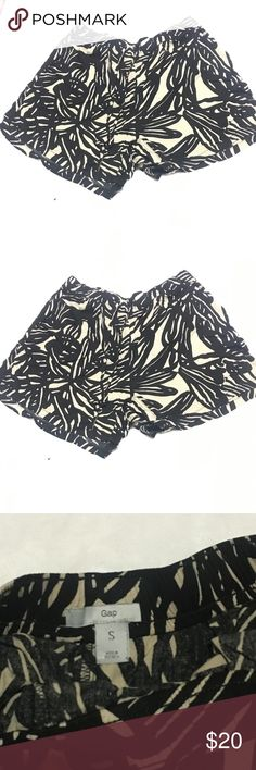 Cute Gap Shorts, size small. Supper cute patterned shorts. Size Small, from GAP. Tan and Black. GAP Shorts Skorts