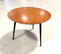 Table basse scandinave tripode années 60. Plateau en superbe état. Diamètre: 50 cm.