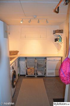 Den nya tvättstugan är nu klar. Nytt golv med klinkers och väggarna har fått ny vitmålad vävtapet.