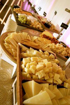 Detalle  Del buffet de quesos y panecillos.