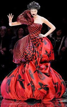 A model walks down the catwalk during the Alexander McQueen Ready-to-Wear A/W 2009 fashion show during Paris Fashion Week at POPB on March 2009 in Paris, France. Couture Mode, Couture Fashion, Runway Fashion, Fashion Week Paris, Fashion Photo, Fashion Art, French Fashion, Vetements Clothing, Weird Fashion