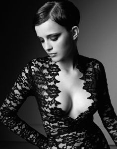 Emma Watson, so gorg! So Devine! ♥ Not Emma Watson but still beautiful. Enma Watson, Black White Photos, Black And White, Long Black, Mode Glamour, Celebrity Pictures, Belle Photo, Look Fashion, Fashion Tape